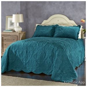 NWOT Versailles king size Bedsoread Teal color